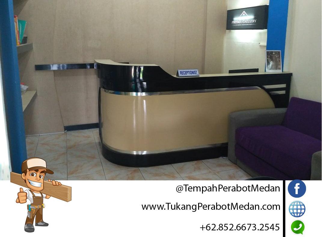 Tukang meja resepsionis bank di Medan